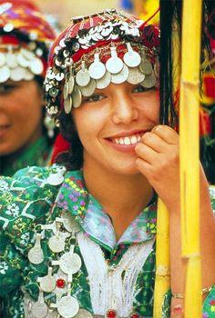 Traditional dress from Morocco | via le Guide du Maroc - Maroc Désert Expérience tours http://www.marocdesertexperience