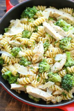 Chicken and Broccoli Alfredo - So easy, so creamy and just so simple to whip up .Chicken and Broccoli Alfredo - So easy, so creamy and just so simple to whip up in 30 minutes from start to finish - perfect for those busy weeknights! Chicken Caesar Pasta Salad, Chicken Broccoli Alfredo, Pasta Salad Recipes, Recipe Pasta, Pasta Alfredo, Chicken Caesar Wrap, Chicken Alfredo Casserole, Salmon Pasta, Alfredo Sauce