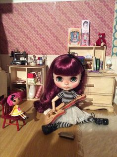 Mabel play with her guitar .