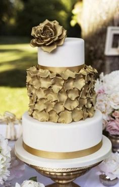 See more about gold wedding cakes, wedding cakes and modern cakes. gold glitter