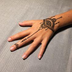 design your tattoos Henna Tattoo Designs, Cute Henna Tattoos, Cool Henna Designs, Simple Henna Tattoo, Henna Tattoo Hand, Mehndi Designs For Hands, Hena Designs, Mandala Tattoo, Wrist Henna