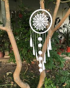 La imagen puede contener: planta y exterior Crochet Dreamcatcher, Macrame Art, Crochet Mandala, Doily Dream Catchers, Dream Catcher Decor, Dream Catcher Patterns, Dream Catcher Tutorial, Large Christmas Baubles, Macrame Patterns