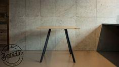 Chytré ukotvení konstrukce do dřevěné dubové desky nás okouzlilo. Zpříjemněte si prostředí pro kávu, oběd, či večeři s přáteli naším stolem Auli. Vhodné také na použití jako venkovní nábytek.  K tomuto produktu doporučujeme naše židle Montana. Tyto dva typy produktů vznikly závisle na sobě a z výsledku máme opravdu radost, přesvědčte se sami. Bar Stools, Dining Table, Furniture, Design, Home Decor, Bar Stool Sports, Decoration Home, Room Decor, Counter Height Chairs