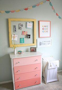 Gelbe und Rosa Interieur Elemente im Babyzimmer