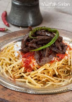 Çökertme Kebabı: thin crispy potatoes on top meat with tomato 🍅 sauce Turkish Recipes, Italian Recipes, Ethnic Recipes, Happy Cook, Turkish Breakfast, Middle Eastern Recipes, Kebabs, Dinner Dishes, Meat Recipes