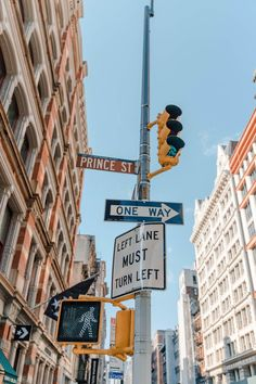 Detailed First Timers Guide to NYC Top Tips from A Local. Answering your questions on Where to Stay, Where to Eat, and What to do- Dana Berez. An ultimate detailed first timers guide to NYC with top tips from a local- me! If you have questions on where City Aesthetic, Travel Aesthetic, Aesthetic Vintage, City Wallpaper, Wallpaper Backgrounds, Travel Wallpaper, New York Wallpaper, New York Iphone Wallpaper, Iphone Wallpaper Vintage Retro