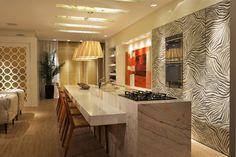 Vista da cozinha gourmet do Loft da Estilista, com 140 m², assinada pelos arquitetos Anna Maya e Anderson Schussler.