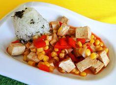Tofu narežeme na malé kocky, polejeme sójovou omáčkou, jemne premiešame a marinujeme aspoň 1 hodinu. Na troške oleja opražíme nakrájanú cibuľu,...