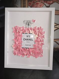 Low bed or bed on the floor: 60 projects to inspire - Home Fashion Trend Metal Wall Decor, Metal Wall Art, Chanel Decoration, Chanel Inspired Room, Chanel Bedroom, Diy Room Decor, Bedroom Decor, Chanel Wall Art, Beauty Bar