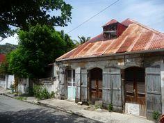 <3 Les couleurs délavées d'antan ont un charme fou! ~Maison de ville. Guadeloupe. https://www.airbnb.fr/c/jeremyj1489