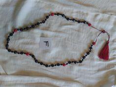 Collar inspirado en los Tradicionales Gallegos, realizado con cuentas negras de cristal checo facetado y cuentas rojas, borja roja y negra.