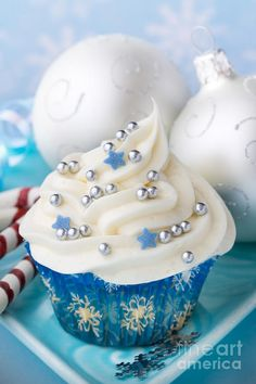 Christmas Cupcake.. no recipe, just the decoration inspiration.  Would be good for a New Year's party too.