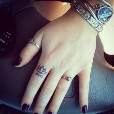Pin for Later: Lasst eure Hände sprechen mit diesen 30 Finger-Tattoos Lasst Blumen sprechen