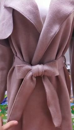 Tying Bows With Ribbon, Tie A Bow, How To Tie Ribbon, Bow Belt, How To Make Bows, Ribbon Bows, How To Tie Shoes, Girls School Hairstyles, Hair Wrap Scarf