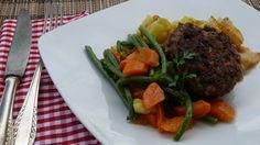 Fleischküchle mit Brägele und gemischtem Gemüse