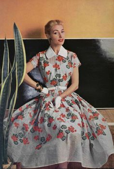 The Nifty Fifties : A pretty floral Dior summer dress in L'Officiel Magazine, 1954 floral print dress full skirt party day garden short sleeves belt tab collar red white vintage fashion mid style model magazine Dior Vintage, Moda Vintage, Vintage Vogue, Fifties Fashion, Retro Fashion, Trendy Fashion, Fashion Outfits, Fashion Vintage, Feminine Fashion