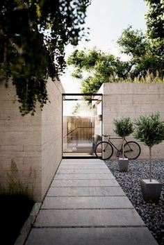 Breathtaking 17 Modern Front Yard Landscaping Ideas https://decoratoo.com/2018/02/05/17-front-yard-modern-landscaping-ideas/ For you who currently lives in a house with a wide front yard, it is actually important to decorate the yard with some landscaping ideas that can make it more gorgeous and beautiful. #ModernLandscape #ModernLandscaping