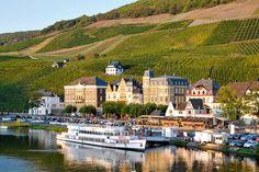 Bernkastel-Kues liegt idyllisch am Ufer der Mosel, überragt von einem der exklusivsten Weinberge der Welt. Liebhaber edler Tropfen und Fachwerkromantiker kommen hier auf ihre Kosten.
