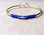 Bracelet jonc doré avec tissage macramé bleu roi et perles rose fuschia / bijou ethnique chic / bleu et doré, bleu éléctrique / bijou macramé