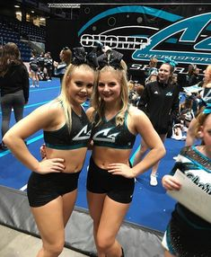 Cheerleading Jumps, Cheer Stunts, Cheer Dance, Cheer Team Pictures, Cheerleading Pictures, Softball Pics, Great White Sharks Cheer, Cheer Extreme, Gymnastics Skills