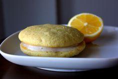 Nämä makeat ja raikkaat sitruunawhoopiet ovat mainioita suupaloja ja pienen kokonsa vuoksi helposti kuljetettavia vaikka lahjaksi. Whoopie-kuoret ovat pehmeitä keksejä, joiden sisään laitetaan täyteläistä sitruunatäytettä. Vatkaa sokeri, vaniljarouhe ja kananmunat...