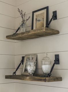 27 Rustikale Shiplap-Dekor-Ideen, um Ihrem Zuhause einen Landhausstil hinzuzufügen 27 Rustic Shiplap Decor Ideas to Add a Country Home to Your Home There's something about one that emits im Easy Home Decor, Cheap Home Decor, Rustic Decorations For Home, Rustic Home Decorating, Rustic Window Decor, Rustic Salon Decor, Rustic Office Decor, Christmas Decorations, Rustic Backdrop