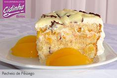 bolo de aniversario comum/simples: bolo (pão de Ló) com recheio de doce de leite e creme de maizena/baunilha?, pedacos de pessego ou abacaxi em calda e ameixas em calda?, molhado em suco de laranja ou abacaxi, coberto com suspiro clara de neve / glacê / buttercream (glacê de manteiga/creme de manteiga) / chantilly? e talvez decorado com cerejas cristalizadas e/ou pessegos em calda e/ou rosas glacê real/pasta americana?…