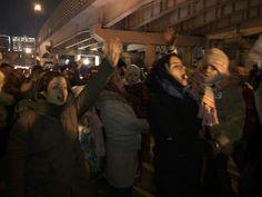 """دراویش به برادران و خواهرانشان مقابل زندان اوین بپیوندند مادران و کودکان در صف جلو فریاد """" الله اکبر"""" سر می دهند  @DORRTV #دراويش #برادران #خواهرانشان #مقابل #زندان #اوين"""