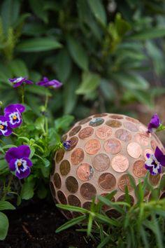 Garden Planning DIY Garden Art: Penny Ball - Say buh-bye to pesky slugs and hello to eye-catching garden art. Penny Ball, Unique Gardens, Amazing Gardens, Garden Crafts, Garden Projects, Brick Projects, Diy Jardin, Garden Balls, Meditation Garden