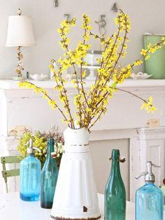 vintage vase-metall weiß-blühende zweige gelb-frühlingsdekor