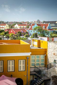 Het kleurrijke Willemstad op Curacao. Een roadtrip over dit eiland maken? Laat je inspireren door de reistips van Sunny Cars autoverhuur. Zie ook https://blog.sunnycars.nl/tag/curacao/ voor meer informatie.