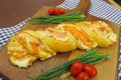 Una ricetta facilissima e allo stesso tempo molto originale. Avrete bisogno di pochi ingredienti per creare qualcosa di davvero fantastico e gustoso! GLI INGREDIENTI 1 rotolo di pasta sfoglia 150g di formaggio cremoso 100g di stracchino 200g di salmone erba cipollina q.b. LA PREPARAZIONE Come prima cosa preparate la vostra crema alle erbe amalgamando il formaggio cremoso con lo stracchino e le erbe che più vi piacciono, noi abbiamo scelto l'erba cipollina. Stendete la crema su un roto...