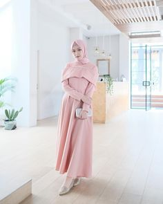 Image may contain: 1 person, standing Abaya Fashion, Muslim Fashion, Fashion Dresses, Muslim Wedding Dresses, Muslim Dress, Hijab Prom Dress, Hijab Outfit, Dress Brokat Modern, Chic Outfits