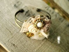 have a bracelet just like that Jewelry Findings, Diy Jewelry, Beaded Jewelry, Jewelry Box, Handmade Jewelry, Unique Jewelry, Pearl Ring, Pearl Bracelet, Pearl Earrings