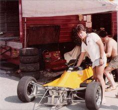 G.P. di Austria 1982 ! foto con la F.FORD 2000 di Ayrton Senna , che fece pole position , vittoria e giro piu veloce !!! E la persona che tanccando il volante sulla foto è il mio amico Raffaello D'aragona :D ? — con Calie la Hagouna y Raffaello D'aragona.