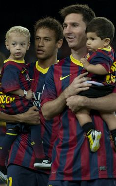 Neymar and Messi with sons Football Icon, World Football, Good Soccer Players, Football Players, Messi Y Neymar, Messi 10, Fc Barcelona, Dani Alves, Real Madrid Players