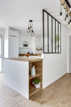 Cuisine avec verrière : 6 raisons d'installer cette cloison Kitchen with glass roof: 6 reasons to install this partition Diy Interior, Interior Design Living Room, Interior Styling, Interior Decorating, Fall Decorating, Kitchen Interior, Home Design, Kitchen Decor, Kitchen Design
