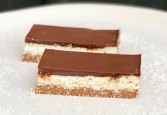Who doesn't love the combination of coconut and chocolate? Today we have a way to make a healthy Bounty style snack that will help you hit your weight loss goals. This Raw Bounty Slice is packed full. Raw Dessert Recipes, Raw Desserts, Raw Food Recipes, Baking Recipes, Clean Recipes, Weekly Recipes, Freezer Recipes, Drink Recipes