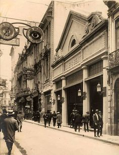 1927 - O Cine São Bento foi uma importante sala de exibição da região central da cidade de São Paulo. Inaugurado na noite de 10 de setembro de 1927, pertencia à empresa Bunge (S/A Moinhos Santista) até 1928 quando foi vendido. Encerrou suas atividades em 1950, quando já pertencia ao circuito de cinemas Serrador.