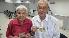 Mathilde, 80 anos, e João, 82, atualizando o RG no Poupatempo Penápolis