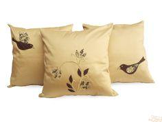 Conjunto com três capas de almofadas:    Capas de almofadas em Sarja com aplicações de malha marrom, floral e linha de bordar, formando pardais e flores (patchwork).    TODAS NO TAMANHO: 45 x 45 cm