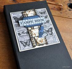Bonjour, Je viens partager avec vous un album. Il mesure 16 x 30,5 cm avec une structure en cartonnette (2 fois 16 x 30,5 cm + 3 cm pour la tranche) Il est composé de 6 pages pliées en 2 et reliées par des U. J'ai utilisé des papiers Bazzill Raven, French...