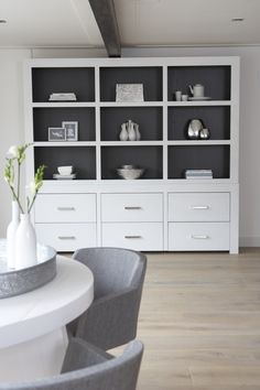 Beautifull big cupboard for storing all those books and other pretty stuff. Home Living Room, Living Dining Room, Elegant Living Room Design, Grey Decor, Bedroom Design, Home Decor, House Interior, Home Deco, Shelving