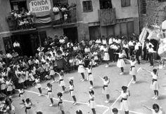 Danses a la placeta d'Agustí, per la Festa Major, organitzada per la Secció Femenina. Fons Corbera (Antoni Jiménez Campi) Esterri d'Àneu sense data http://www.aneu.cat/arxiu-imatges/imatges/698.jpg