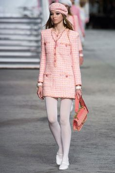 Chanel Resort 2019 Fashion Show Collection: See the complete Chanel Resort 2019 collection. Look 38 Chanel Resort 2019 Fashion Show Collection: See the complete Chanel Resort 2019 collection. Look 38 Fashion Mode, Modest Fashion, Runway Fashion, High Fashion, Womens Fashion, Fashion Trends, Paris Fashion, Cruise Fashion, Ski Fashion