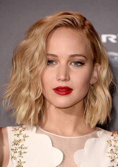 Jennifer Lawrence Short Wavy Cut - Jennifer Lawrence styled her hair with teased waves for the 'Hunger Games: Mockingjay - Part premiere. Bobs For Thin Hair, Wavy Bobs, Long Bobs, Angled Bobs, Layered Bobs, Stacked Bobs, Medium Layered, Inverted Bob, Wavy Bob Hairstyles