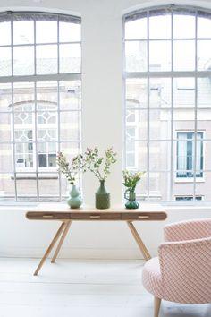 Fonteyn Tisch in Eiche und Walnuss mit rosefarbigem Sessel Lulu | Made
