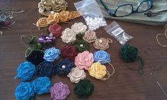 Rosas de crochet!!! en broches, pulseras, gargantillas, anillo... se hacen con los ojos cerrados.