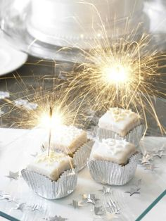 Sparklers and edible gold/silver glitter on desserts for NYE party Christmas And New Year, White Christmas, Christmas Time, Xmas, Silvester Snacks, Silvester Diy, Nye Party, Party Time, Snacks Für Party