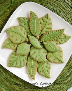 Set of 3 different shaped Leaf Cookie Cutters. SIZE This set is available in two sizes: - small: leaves are between 5-6 cm wide - medium: leaves are between 8-9 cm wide MATERIAL These budget cutters are printed in a lower quality than our normal cutters. The print is quicker and less PLA is used. This means the price of the cutter can be lower and you can still cut perfect cookies with them but you have to be a little bit more careful when using them because they damage easier Our cookie ...
